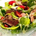 Мясной салат с помидорами и рукколой