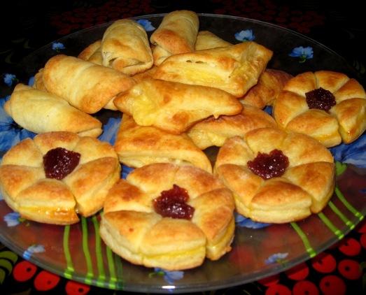 Быстрое печенье из слоеного творожного теста. Фото