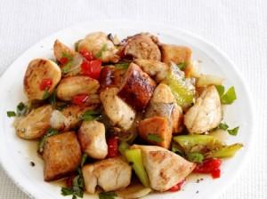 Курица с копчёной колбасой и овощами по быстрому