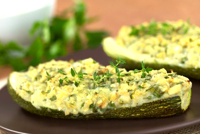 Кабачок фаршированный запеченными овощами и сыром