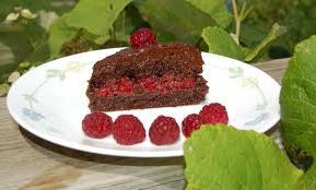 Малиново-шоколадный торт без выпечки