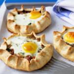 Лепёшки с яичницей и беконом – красивая и вкусная закуска