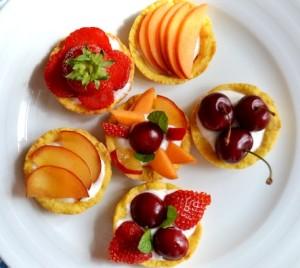 Тарталетки с белым кремом и ягодами - отличный десерт