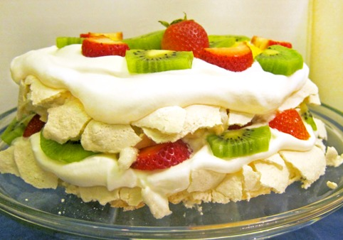 Торт безе с фруктами и взбитыми сливками