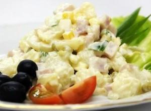 Праздничный салат с майонезом, сыром и ветчиной