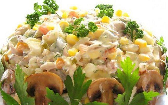 Салат из куриного мяса с грибами