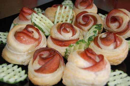 Розочки из слоеного теста и колбасы - вкусная красота на столе!